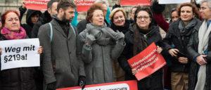 Kristina Hänel (Mitte) bei einer Protestaktion. (Foto: Bundestagsfraktion Bündnis 90 / Die Grünen)