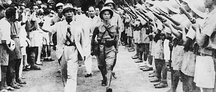 Der Kommandeur der Vietnamesischen Volksarmee Vo Nguyen Giap bei einer Truppenbesichtigung in Hanoi am 26. August 1945 (Foto: public domain)