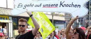 Die Politik der Regierung geht auf ihre Knochen: Streikende von der Uniklinik am Donnerstag vergangener Woche bei einer Demonstration in Düsseldorf. (Foto: Olaf Matthes)