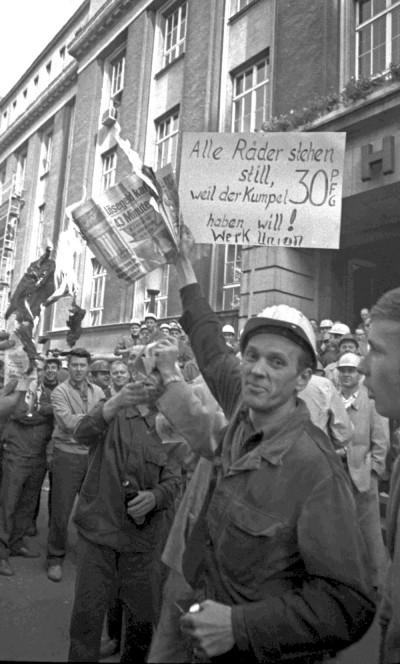 … so wunderschön wie heute: Streikender vor der Hauptverwaltung von Hoesch