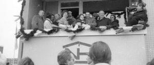 Neue-Heimat-Chef Albert Vietor (3. v. r.) übergibt 1967 die zehnmillionste gebaute Wohnung. Die Neue Heimat  (NH) war ein Wohnungsunternehmen des DGB. Infolge von Korruption und hoher Verschuldung verkaufte der DGB 1986 die NH für eine Mark. (Foto: [url=https://de.wikipedia.org/wiki/Datei:%C3%9Cbergabe_der_zehnmillionsten_in_der_Bundesrepublik_Deutschland_gebauten_Wohnung_im_Haus_am_Bornholmer_Weg_9_(1._Stock_links)_in_Mettenhof_(Kiel_42.318).jpg]Friedrich Magnussen[/url])