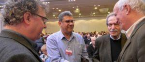 DKP-Vorsitzender Patrik Köbele im Gespräch mit Adel Amer (Mitte), Generalsekretär der israelischen KP, und Ramón Ripoll, Botschafter der Republik Kuba (rechts) (Foto: Tom Brenner)