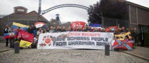 Teilnehmer legten vor der Gedenkstätte der Zeche in Marcinelle Blumen nieder. Dort verloren 256 Bergleute bei einem Unglück ihr Leben. (Foto: Julio L. Zamarron)