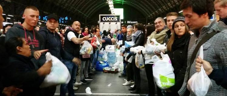 Ketten bilden: Die Helfer transportieren die Spenden durch den Bahnhof (Foto: Internationales Zentrum Frankfurt)