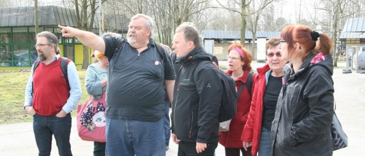 Richtungsweisend: Ulrich Abczynski erläutert den Standort der Hauptbühne (Foto: Werner Sarbok)