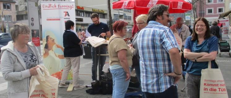 """""""Sonntags shoppen? Kommt nicht in die Tüte!"""" Ideenreicher Protest in Bad Kreuznach. (Foto: Metzroth)"""
