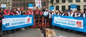 """Berlin: Aktion """"Achtung Rentenräuber"""" der IG Metall gegen die Initiative Soziale Marktwirtschaft (Foto: IG Metall)"""