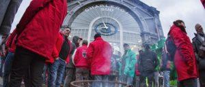 Wollen die Bahn als öffentliche Dienstleistung verteidigen: Verteidigen die Bahn als öffentliche Dienstleistung: Streikende Bahnarbeiter am Bahnhof Charleroi Sud, einem Knotenpunkt im Fernverkehr. (Foto: solidair.org)