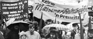 Vor dem Tor der Märkischen Faser AG Premnitz demonstrierten am 12.10.1990 Arbeiter und Angestellte des Werkes für den Erhalt des Industriestandortes. Die Treuhand hatte dem Unternehmen für das 4. Quartal nur einen Teil des beantragten Kredits bewilligt. (Foto: Bundesarchiv, Bild 183–1990-1210–008/Grimm, Peer/CC-BY-SA 3.0)