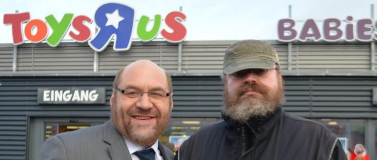 """Der """"wahre Martin Schulz"""" ist gegen Hartz-Gesetze und Agenda 2010, wie hier auf der Aktion für die Betriebsrätin bei Toys'R'Us in Wüselen im November 2017. Der echte Schulz blieb dem Kampf um ArbeiterInnenrechte lieber fern. (Foto: Aktion gegen Arbeitsunrecht)"""