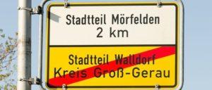 Der grüne Streifen zwischen Mörfelden und Walldorf weckt Begehrlichkeiten. (Foto: [url=https://commons.wikimedia.org/wiki/File:Ortsschild_-_Ortsende_-_M%C3%B6rfelden-Walldorf_-_Stadtteil_Walldorf_-_02.jpg]Norbert Nagel[/url])