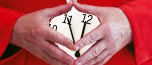 Eigentlich wäre die Zeit reif für einen Wechsel, aber die Uhr geht anscheinend vor. (Foto: [url=https://de.wikipedia.org/wiki/Merkel-Raute#/media/File:Angela_Merkel_Juli_2010_-_3zu4.jpg]Armin Linnartz[/url])