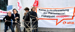 TTAC-Protest anlässlich der öffentlichen Anhörung des Haushaltsausschusses des Deutschen Bundestages zu ESM und Fiskalvertrag, Berlin, Mai 2012 (Foto: [url=https://commons.wikimedia.org/wiki/File:ATTAC-Protest_zur_zu_ESM_und_Fiskalvertrag_2.jpg]Mehr Demokratie e.V./Wikimedia Commons[/url])
