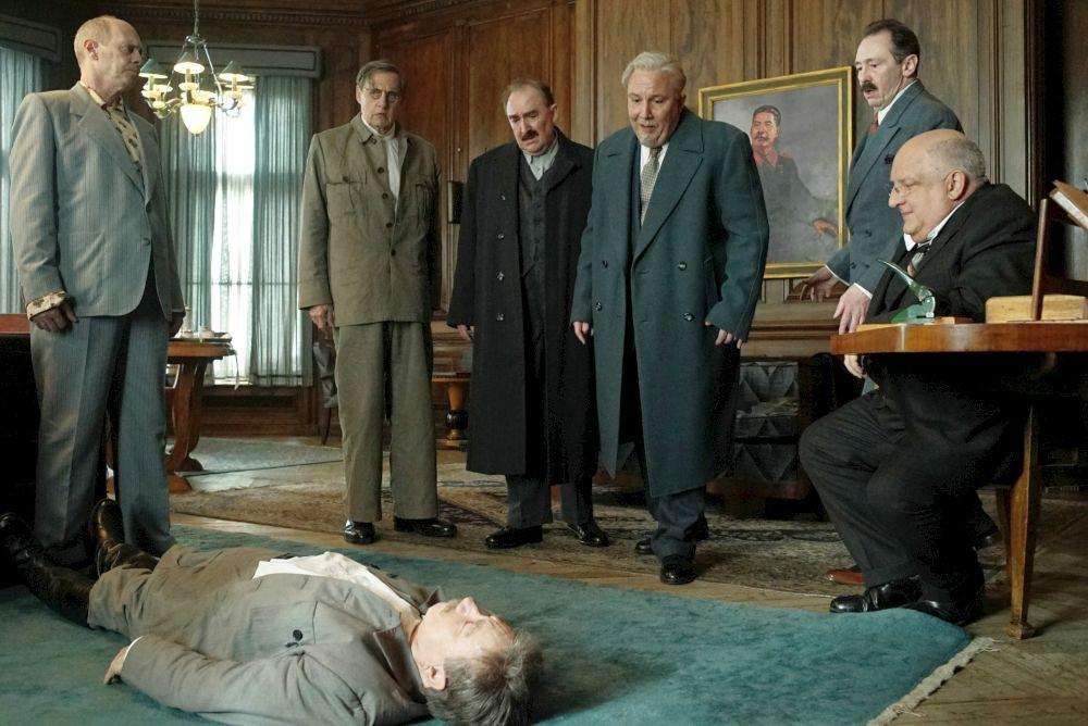 Sechs Personen beim Betrachten einer Leiche