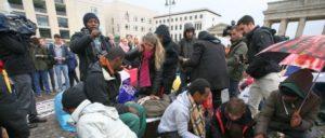 Geflüchtete haben viel durchgemacht, aber sind nicht wehrlos, wie hier 2013 bei einem trockenen Hungerstreik vor dem Brandenburger Tor in Berlin. (Foto: {url=https://www.flickr.com/photos/linksfraktion/10289620763]Fraktion DIE LINKE. im Bundestag / flickr.com[/url])