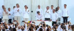 Präsident Santos und FARC-Kommandant Timochenko bei der Unterzeichnung des Friedensvertrages. Für den künftigen Präsidenten steht das Abkommen nun in Frage. (Foto: Bjoern Kietzmann)
