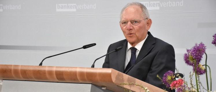 Schäuble beim Verband der Privatbanken (Foto: Boris Trenkel/CC BY-ND 2.0/www.flickr.com/photos/bankenverband/26427793135)