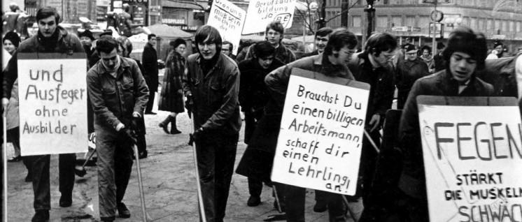 (Foto: [url=https://de.wikipedia.org/wiki/Lehrlingsbewegung#/media/File:Lehrlingsdemonstration_Hamburg_1968.jpg]Hennercrusius/Wikimedia Commons[/url])