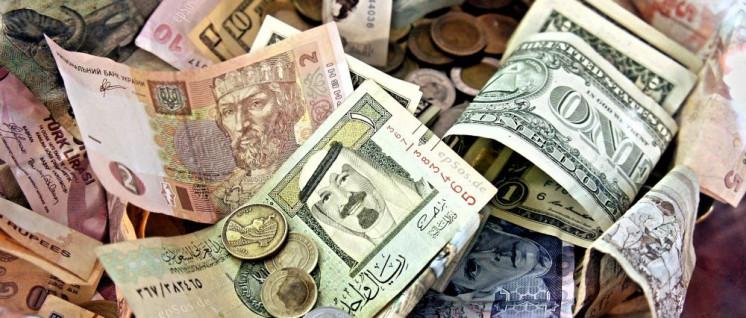 Die globale Verschuldung ist in den letzten zehn Jahren um über 40 Prozent auf jetzt 237 Billionen Dollar und damit knapp 320 Prozent des Welt-Bruttoinlandsprodukts gewachsen. (Foto: [url=https://en.wikipedia.org/wiki/Currency_intervention#/media/File:Exchange_Money_Conversion_to_Foreign_Currency.jpg]epSos.de/Wikimedia Commons[/url])