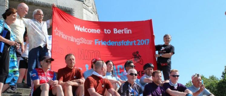 Nach 350 Kilometern im Sattel: Die Friedensradler auf den Stufen des Treptower Ehrenmals. (Foto: M.L.)