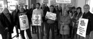 """Die Bürgeraktion """"Gemeinsam gegen Straßenbeiträge"""" in Mörfelden-Walldorf übergab fast 2 600 Unterschriften im Rathaus Walldorf an Bürgermeister Heinz-Peter Becker und den Ersten Stadtrat Burkhard Ziegler. (Foto: Dietmar Treber)"""