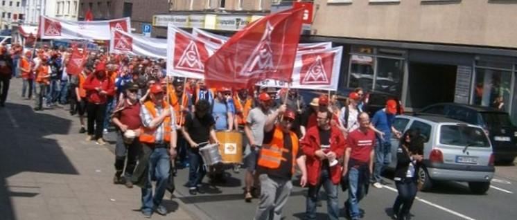 """Am 23.Mai demonstrierten die Streikenden mit der IG Metall """"für Respekt und eine gerechte Bezahlung"""". Zahlreiche Kolleginnen und Kollegen aus anderen Betrieben zeigten sich solidarisch und beteiligten sich an der Aktion. (Foto: privat)"""