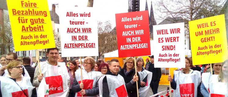 Kolleginnen und Kollegen aus Mönchengladbach am 10. April in Köln. (Foto: Herbert Schedlbauer)