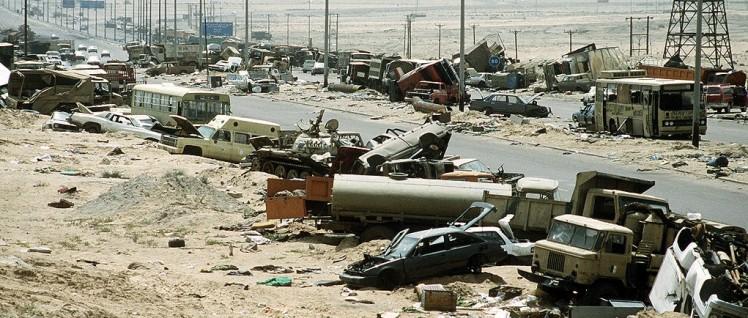 """Irak: Zerstörte Fahrzeuge an der Autobahn 80, auch """"Todesstraße"""" genannt, nach dem zweiten Golfkrieg. (Foto: public domain)"""
