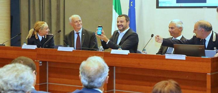 """Matteo Salvini (Lega Nord) Innenminister und stellvertretender Ministerpräsident Italiens, provozierte am 29.Juli, Mussolinis Geburtstag, auf Twitter mit dem Zitat Mussolinis: """"Molti nemici, tanto onore"""" (""""Viel Feind, viel Ehr""""). (Foto: Quelle: http://www.interno.gov.it)"""