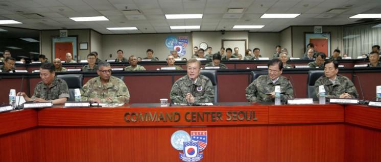 Zwischen Militärs: Der südkoreanische Präsident Moon Jae-in bei seinem ersten Besuch der US-Garnison in Yongsan (13.Juni 2017). Links die Generäle Vincent K. Brooks und Leem Ho-young. (Foto: [url=https://www.flickr.com/photos/unc-cfc-usfk/35296525615]UNC - CFC - USFK/flickr.com[/url])
