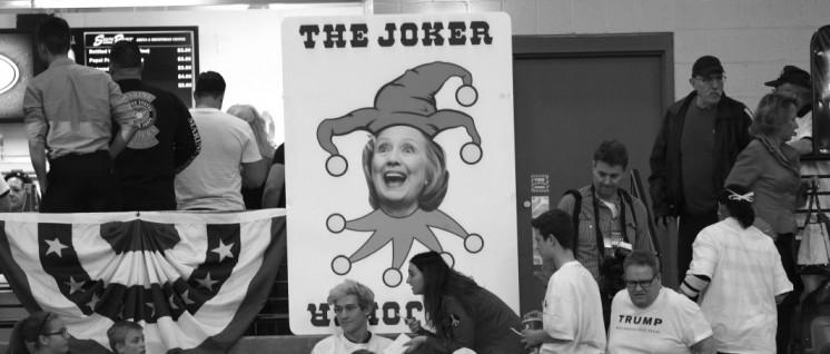 Clinton als Narr bei einer Trumpveranstaltung in Nevada– tatsächlich ist Trump der Joker, mit dem Hillary sich als kleineres Übel präsentieren kann. (Foto: Gage Skidmore/ flickr.com/ CC BY-SA 2.0  | LINK: www.flickr.com/photos/gageskidmore/24614635864/in/photostream/)