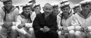 Welthistorisches Individuum, pfiffig und onkelhaft – hier mit Matrosen der DDR-Marine bei einem Besuch im Jahr 1957. (Foto: Bundesarchiv, Bild 183-48579-0009)