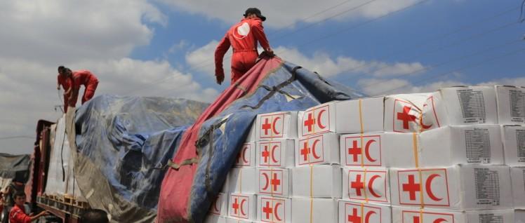 """16 Lastwagen mit Lebensmittelpaketen und Hygieneprodukten, geliefert vom syrischen """"Roten Halbmond"""". (Foto: Ibrahim Malla – IFRC)"""