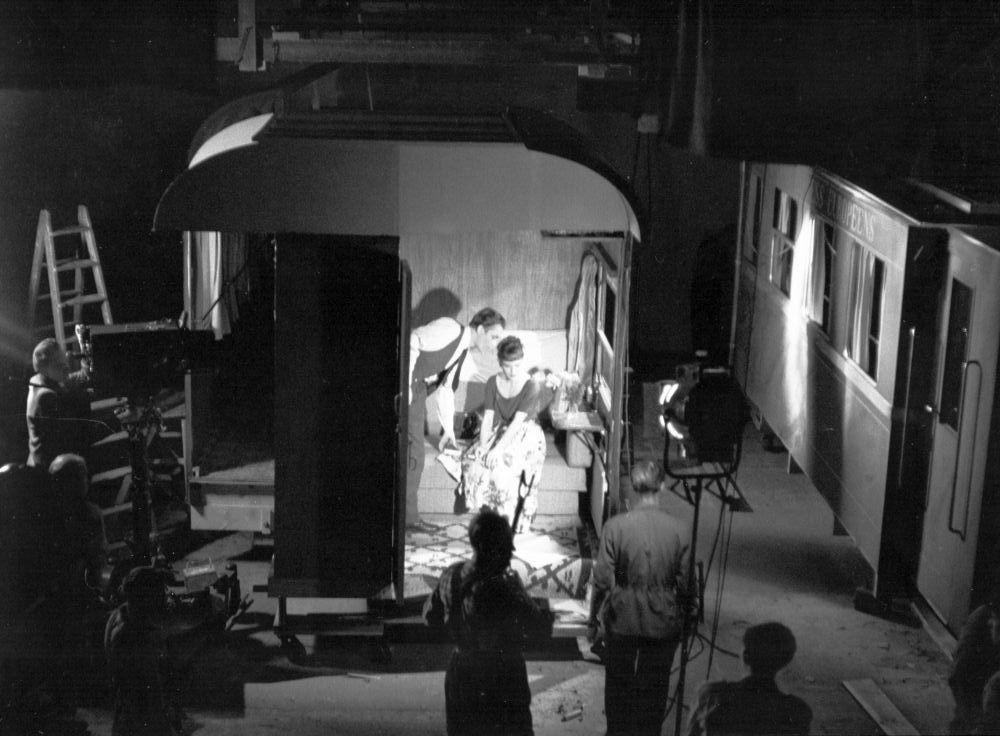 """Szene von den Dreharbeiten in einem nachgebauten Zugabteil für den Film """"Durst"""" von 1949"""