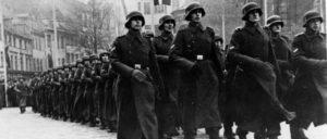 """Im Jahr 2012 erhielten rund 900 000 ausländische Staatsangehörige eine deutsche """"Kriegsrente"""", bezahlt aus Steuermitteln. Darunter waren beispielsweise Zehntausende ehemalige Freiwillige der Waffen-SS aus den baltischen Staaten. (Foto: Bundesarchiv, Bild 183-J16133/CC-BY-SA 3.0)"""