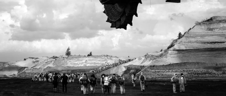 Nach der erfolgreichen Aktion: Ende Gelände, Aktivistinnen und Aktivisten auf dem Heimweg (Bildausschnitt) | link: https://www.flickr.com/photos/breakfree2016/26993815245/in/photostream/ (Foto: Moritz Richter/ www.flickr.com/photos/breakfree2016/CC BY 2.0)