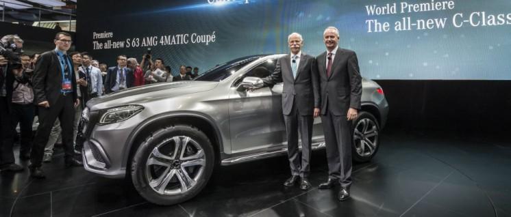 Mercedes-Benz auf der Auto China 2014 in Peking. Der grinsende Schnurrbart ist Dieter Zetsche, Vorstandsvorsitzender der Daimler AG. Neben ihm Hubertus Troska, Vorstandsmitglied der Daimler AG, verantwortlich für China. (Foto: Daimler AG)