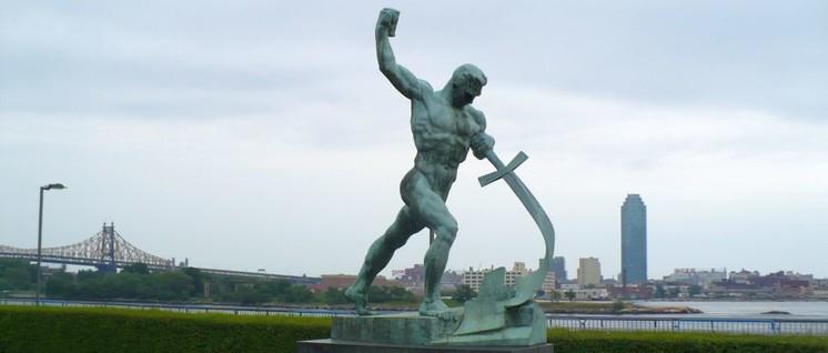"""""""Schwerter zu Pflugscharen"""" soll wieder in das Programm der IG Metall aufgenommen werden. Im Bild die Statue vor dem Hauptquartier der Vereinten Nationen in New York City, 1957 geschaffen von dem sowjetischen Bildhauer Jewgeni Wiktorowitsch Wutschetitsch. (Foto: [url=https://commons.wikimedia.org/wiki/File:Garden_at_the_United_Nations_Headquarters,_New_York_City_-_panoramio.jpg] Colin W / Wikimedia Commons[/url])"""