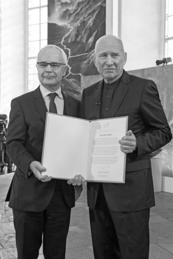 Der Vorsteher des Vereins, Heinrich Riethmüller, mit Sebastião Salgado (r.)