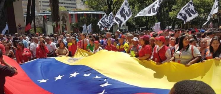 Demonstranten zeigen am Montag in Caracas ihre Solidarität mit Maduro. (Foto: Telesur)