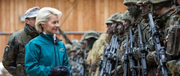 Ursula von der Leyen, besucht die Gebirgsjägerbrigade 23 in der Hohenstaufen-Kaserne in Bad Reichenhall, am 23.3.2016. (Foto: @Bundeswehr/Marco Dorow)