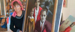"""Ula Richter mit ihrem Bild """"Familie Schnoog, in Auschwitz ermordet"""""""