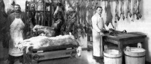 Bei Tönnies wird heute anders geschlachtet als auf unserem Foto von 1926 im Schlachthaus Meidling. Aber die Lebens- und Arbeitsbedingungen der Kolleginnen und Kollegen bei Tönnies können schon an diese Zeit erinnern.