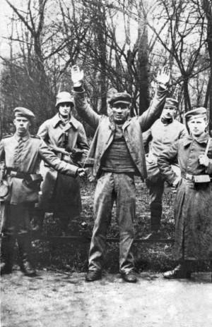 """Weißer Terror in Bayern: Dieser Mann wurde kurz nach Aufnahme des Fotos von den Soldaten erschossen. """"Spartakist"""" war er nicht – sah für die Truppen, die die Räterepublik niederschlugen, aber so aus."""