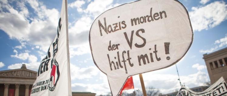Zeichen der Solidarität mit den Angehörigen der NSU-Opfer– Demonstration am 13.April in München zum NSU-Prozess (Foto: [url=https://commons.wikimedia.org/wiki/File:Zeichen_der_Solidarit%C3%A4t_mit_den_Angeh%C3%B6rigen_der_NSU-Opfer_-_Demonstration_am_13._April_in_M%C3%BCnchen_zum_NSU-Prozess_(8648226044).jpg]Fraktion DIE LINKE. im Bundestag/Wikimedia Commons[/url])