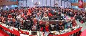 Blick in das Plenum des Gewerkschaftstages der IG Metall. Unübersehbar: die Forderung nach Arbeitszeitverkürzung                          (Foto: Thomas Range)