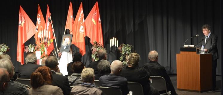 Patrik Köbele, Vorsitzender der DKP, würdigt Robert Steigerwald (Foto: Tom Brenner)