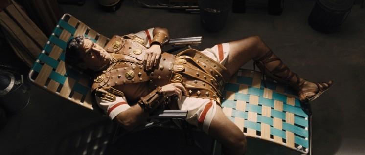 Von der Anstrengung der Schauspielerei gefällt: Equus Dente (George Clooney) (Foto: Universal Pictures)