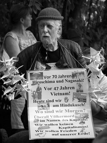 Gedenken an der Berliner Friedensglocke