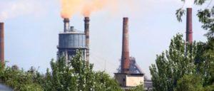 Schwerindustrie in der DVR (Foto: [url=https://de.wikipedia.org/wiki/Donezk#/media/File:Donezk_Schwerindustrie_rauchender_Schornstein.jpg]Sven Teschke/Wikimedia Commons[/url])